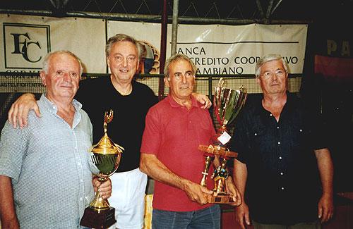 """Al centro, con il trofeo, l'ex campione di ciclismo Franco Bitossi, vincitore del trofeo """"Antonio Senatore"""" (2003) e bissato nel 2004, con Trapassi e Mozzanti (da SX) e con l'assessore allo sport dell'epoca, Sig. Ancilotti."""